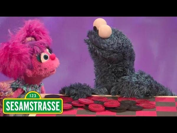 Krümelmonster spielt Dame | Sesamstraße | NDR