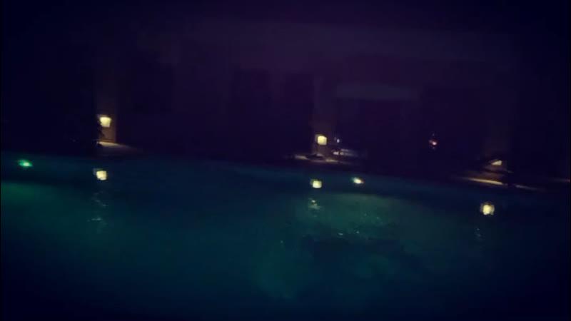 Однотипное видео. Как я ныряю в бассейн в одежде.