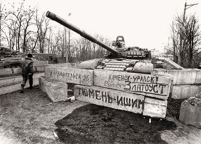 КПП перед выездом на аэродром Грозный-Северный. Начало апреля 1995 г.