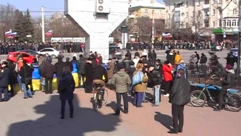 Луганск 1 марта 2014 Евромайдановцы смотрят на русвесну