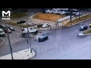 """В Москве на Щёлковском шоссе """"Лексус"""" проскочил на красный и опрокинул скорую, едущую на вызов."""