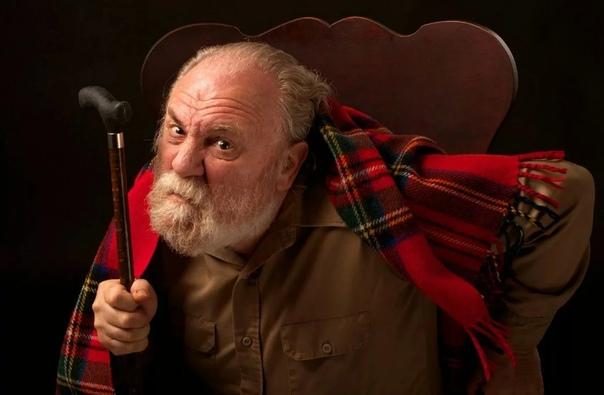 ЗНАКОМСТВО С ДЕДОМ Прошу тебя, давай без своих шуточек! Дед этого не оценит. Ладно, без шуточек, вздохнул Максим, прижимая телефон плечом к уху. Он стоял перед зеркалом и примерял галстук. И