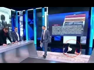 ))) Путинская   пропагандистка  Екатерина Стриженова в прямом эфире упала и сломала руку. После циничных слов об Украине.