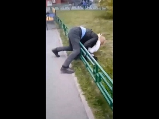 😳 Школьный охранник напал на учеников и пытался их...