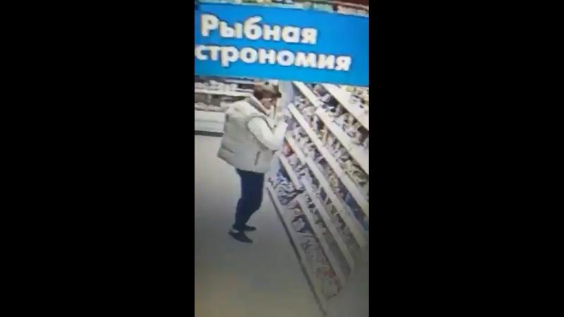 В одном из магазинов Санкт Петербурга в камеру видеонаблюдения попали воры которые решили сообразить на троих