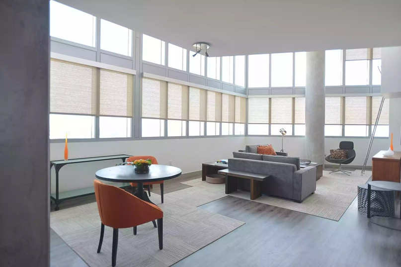 Индустриальный, открытый вид внутреннего пространства - высокие потолки, внутренняя колонна, оконная стена.