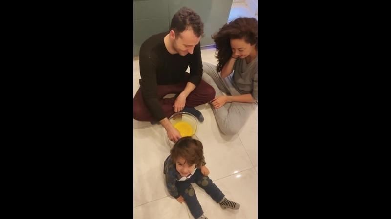 Азра Акын с мужем и сыном