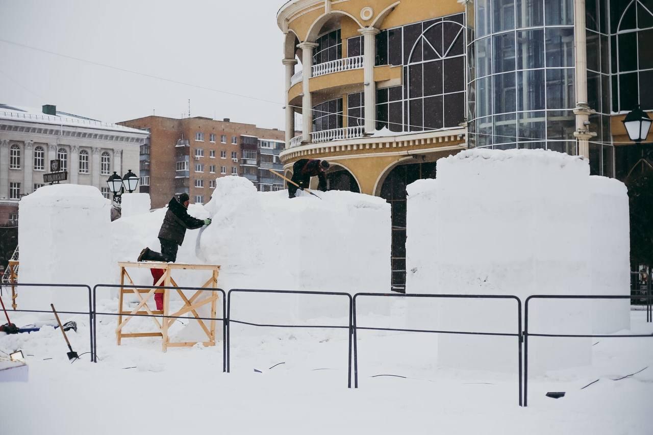 Тем временем в Курске стартовал 2-й фестиваль снежных и ледовых фигур «Снежная сказка».