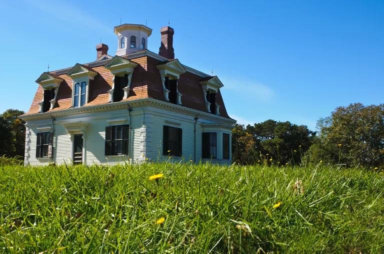 Скромный дом времен Второй империи на Кейп-Коде, построенный для капитана Пеннимана в 1868 году