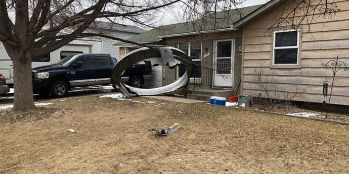 В США у самолета повредился двигатель. Обломки упали на жилой район