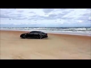 [Audi RS7 крутит бублики на песке]