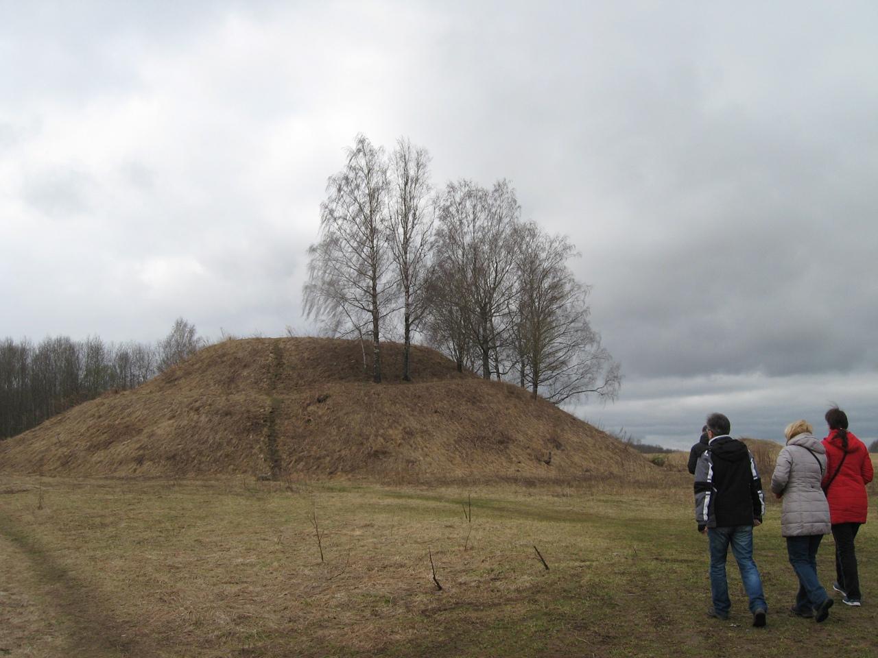 На запад Новгородской области. Шум-гора, крупнейший курган Европы, и деревня Угороды