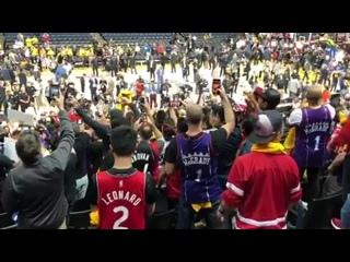 Болельщики Торонто поют гимн Канады в Окленде
