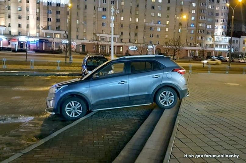 Неудобно, но терпит. Что заставило водителя припарковаться на ступенях?