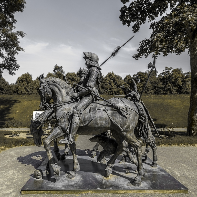 Скульптурная композиция «Рыцарь, смерть и дьявол» в Александровском парке в Царском селе, копирующая одноимённую гравюру Альбрехта Дюрера.