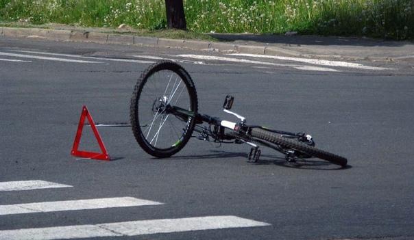 В Торжке водитель легковушки наехал на велосипедис...
