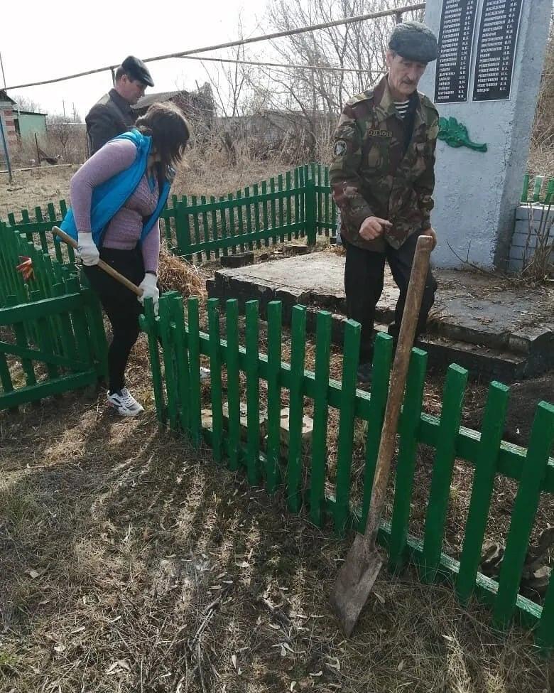Сегодня сотрудники администрации Пригородного муниципального образования в рамках месячника по благоустройству и санитарной очистке работают в селе Бобровка
