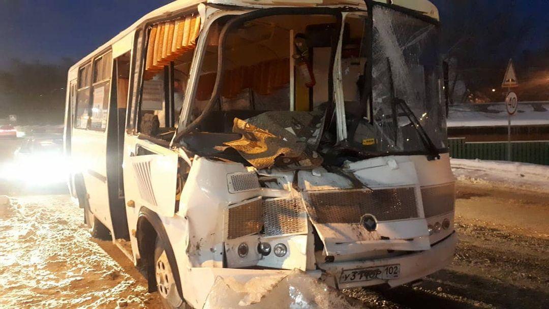 ПАЗ и КамАЗ: в маршрутном городском автобусе пострадали 7 человек