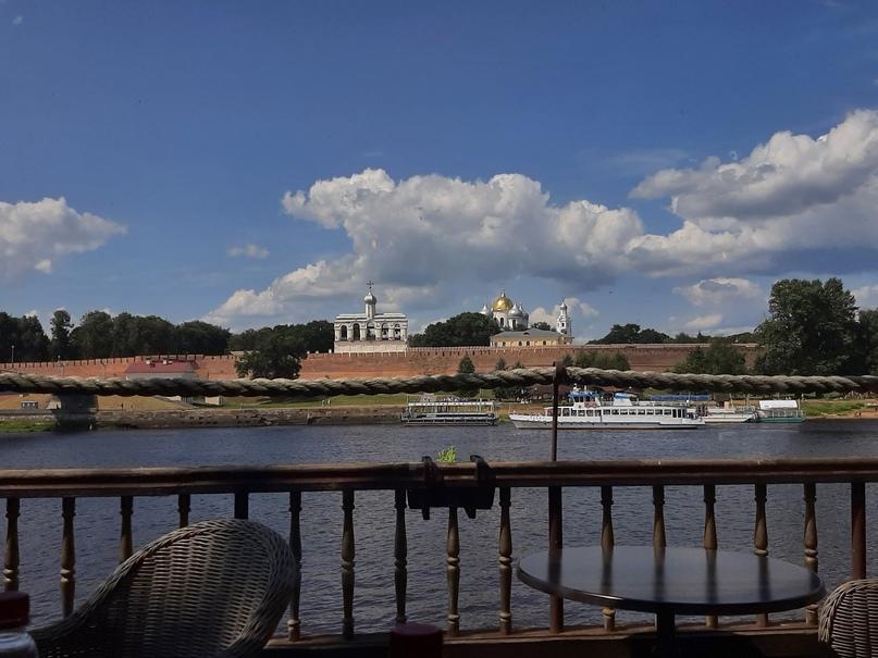 Вид с палубы ресторанного комплекса «Фрегат Флагман» на кремль и реку Волхов