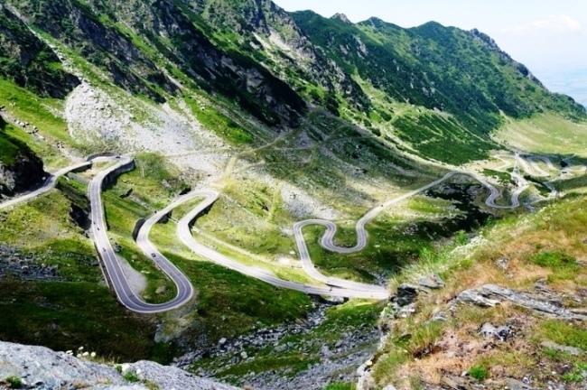 Извилистая дорога в горах Румынии