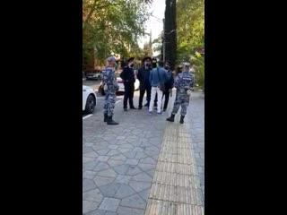Кавказец поставил на место полицейских NR