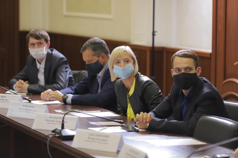 В сентябре в городской администрации прошла встреча с предпринимателями, участником которой стал и Евгений Балагуров (справа)