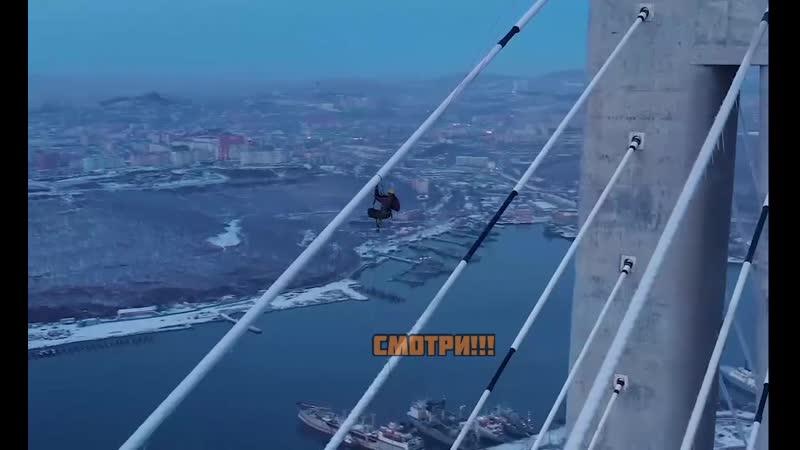 Альпинисты чистят мост на острове Русский во Владивостоке от наледи образовавшейся во время циклона