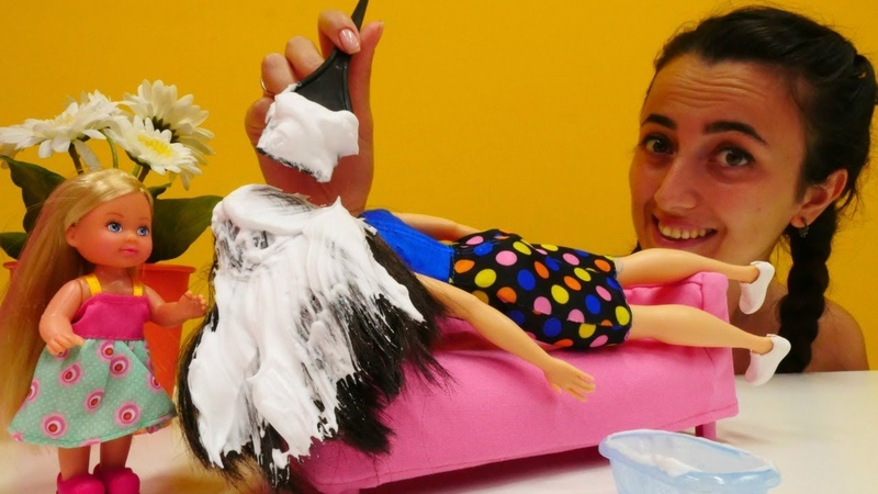 Barbie uyurken Sevcan ve Steffie onun sa ını boyuyorlar