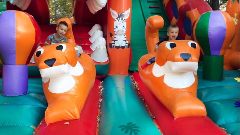 СУПЕР БАТУТ для детей ИГРА крутые ГОРКИ Игры Для Детей БОЛЬШОЙ БАТУТ Жизнь Животных