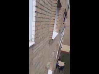 Четырехлетний ребенок вылез в окно, пока пьяная мать спала