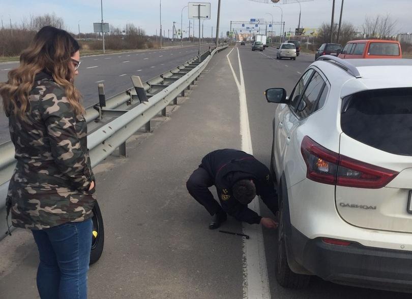 Сотрудники ГАИ помогли брестчанке заменить колесо