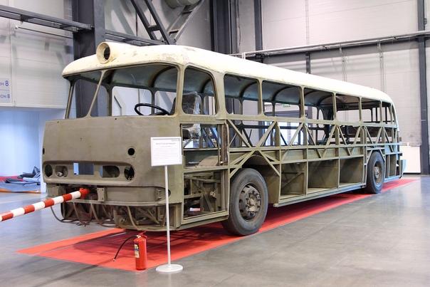 СКЕЛЕТ  Икарус 55 Люкс Автобусного парка № 1 в процессе восстановления. Выставка в Ленэкспо май 2015 г.