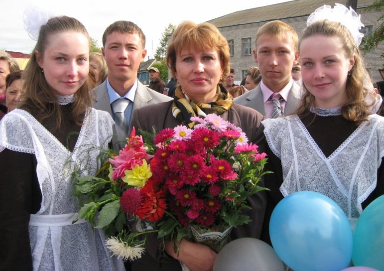 С.В.Суздальцева в окружении выпускников Кикнурской средней школы 2011-го года.